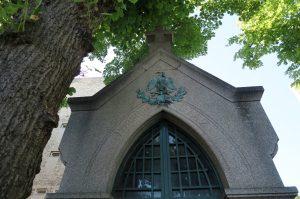 La tumba de Díaz tiene el escudo de México en la fachada del pequeño panteón en el que se encuentra. Foto: Notimex