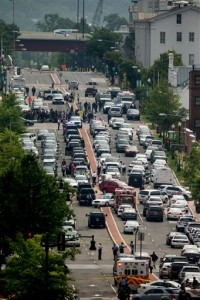 Agentes cerraron la calle M en Washington, el jueves 2 de julio de 2015, cerca de las instalaciones del astillero naval en Washington. Foto: AP
