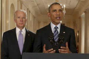 El presidente estadounidense Barack Obama, acompañado del vicepresidente Joe Biden, hace referencia al acuerdo nuclear alcanzado con Irán en Washington el martes 14 de julio de 2015. (Foto AP/Andrew Harnik)