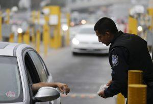 Funcionarios de la Oficina de Aduanas y Protección Fronteriza (CBP, por sus siglas en inglés) avisaron a los viajeros que está prohibido el cruce de fuegos artificiales a través de las aduanas. Foto: AP