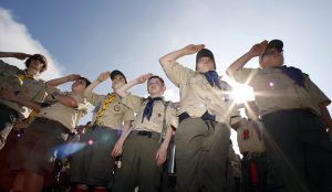 Boy Scouts apoya a las familias para que inculquen a sus hijos la responsabilidad del estudio y el servicio comunitario. Foto: AP