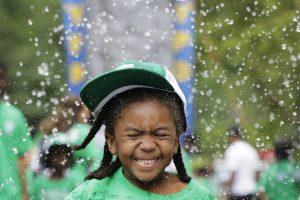 Recuerde que los niños tienen que tomar algún líquido cada 30 minutos más o menos cuando realicen actividades al aire libre durante el verano. Foto: AP