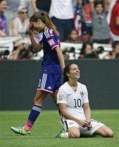 La estadounidense Carli Lloyd se hinca en la cancha al término del partido en el que Estados Unidos derrotó 5-2 a Japón. Foto: AP