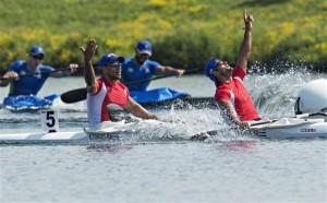 Los cubanos Reinier Torres (izquierda) y Jorge García celebran tras ganar la medalla de oro en el K2 1.000 metros del canotaje de los Juegos Panamericanos. Foto: AP