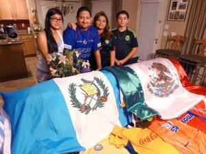 Una gran colección de camisetas son testigo de el amor por el fútbol. Foto: Mixed Voces