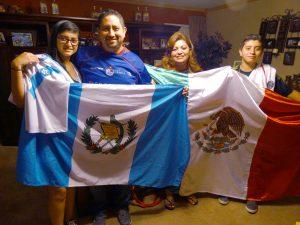 Orgullosamente muestran las banderas de sus países y el amor a sus camisetas. Foto: Mixed Voces