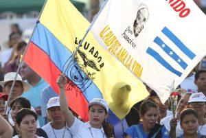 Miles de ecuatorianos recibieron al Papa Francisco a su llegada al país sudamericano. Foto: AP