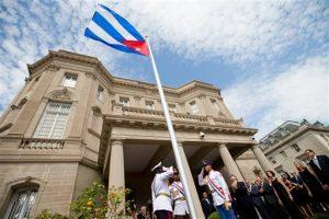 El lunes se izó la bandera cubana sobre la nueva embajada en Washington, tras la reinstauración oficial de relaciones diplomáticas entre Cuba y Estados Unidos. Foto: AP