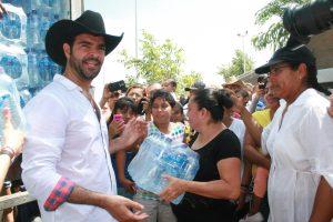 El coahuilense estuvo todo un día entregando lo recaudado en la Ciudad de México. Foto: Cortesía