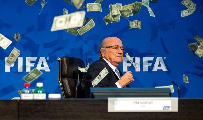 """Blatter es atacado a """"billetazos"""""""