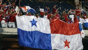 Los aficionados panameños esperan que su equipo obtenga el martes sus primeros tres puntos en la competencia. Foto: AP