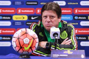 Miguel Herrera ha recibido críticas en cuanto a la falta de decisión del parado táctico de su equipo. Foto: Notimex
