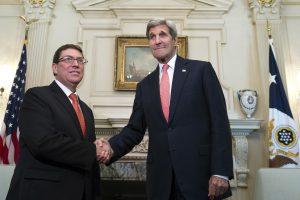 El Secretario de Estado John Kerry se saluda con el canciller cubano Bruno Rodríguez en el Departamento de Estados en Washington. Foto: AP
