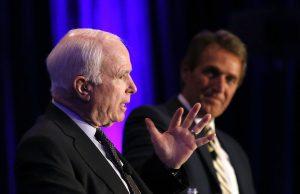 Los senadores Jeff Flake y John McCain se mostraron decepcionados por los comentarios de Trump. Foto: AP