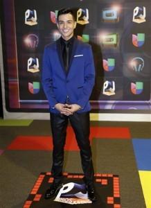 El cantante Luis Coronel posa al llegar a los Premios Juventud. Foto: AP