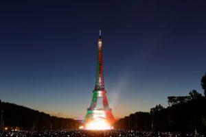 La Torre Eiffel fue iluminada, por primera vez en la historia, con los colores de la Bandera de México. Foto: Notimex