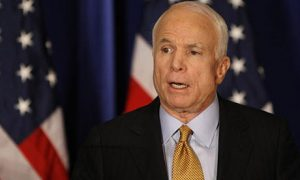 McCain dijo que Donald Trump no debe disculparse con él por lo que dijo sobre su cautiverio en Vietnam sino con los veteranos de guerra. Foto: AP