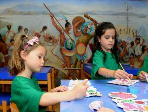 Los talleres son dirigidos a personas de todas las edades y tienen el propósito de difundir la cultura y el idioma español. Foto: Notimex
