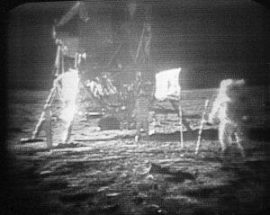 El astronauta de la misión Apollo 11 Neil Armstrong, derecha, sobre la superficie de la Luna en una fotografía del 20 de julio de 1969. Foto: AP