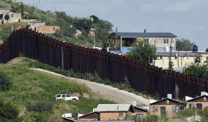 Se cree que los contrabandistas enviaron las drogas por las alcantarillas desde México y que alguien en Estados Unidos las recibió por un túnel. Foto: AP