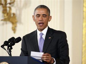 El presidente repasa sus notas al responder a una pregunta sobre el acuerdo nuclear con Irán, durante una rueda de prensa en la Casa Blanca. Foto: AP