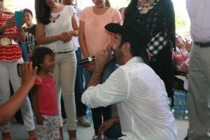 Pablo les cantó a los damnificados del tornado de Acuña. Foto: cortesía