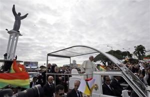 El papa Francisco llega en su papamóvil a celebrar una misa campal en la plaza del Cristo Redentor en Santa Cruz. Foto: AP