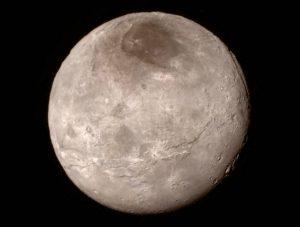 Fotografía capturada por el explorador espacial New Horizons y porporcionada por la NASA muestra a Caronte, la luna más grande de Plutón. Foto: AP