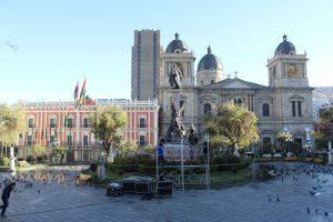 Decenas de policías bolivianos cercaron la Plaza Murillo, la cual albergará este miércoles a miles de personas que concurrirán a ver al papa Francisco en su llegada al palacio presidencial. Foto: Notimex