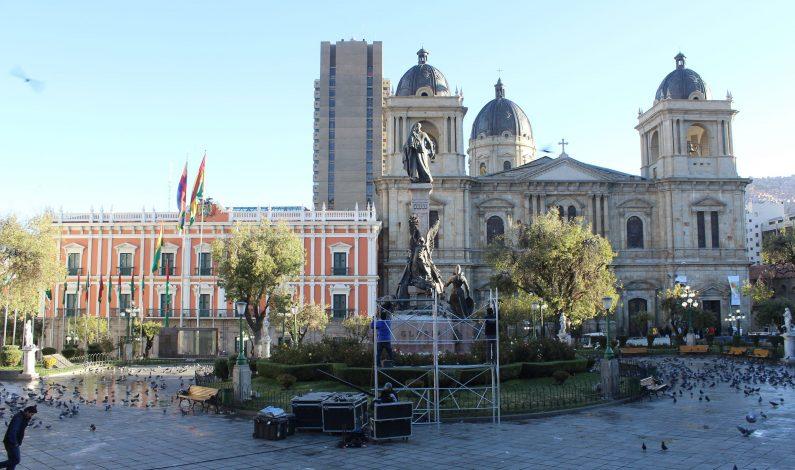 Miles de bolivianos esperan al Papa Francisco