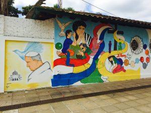 Como parte de los preparativos para recibir al Papa Francisco, la ciudad paraguaya de Caacupé está revolucionada, vestida en sus calles con las banderas del Vaticano. Foto: Notimex
