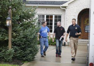 Agentes federales salen de la casa de Fogle el martes en Zionsville, Indiana. Foto: AP