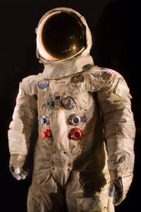 El traje espacial de Neil Armstrong, comandante de la misión Apollo 11, que llevó al primer hombre a la Luna el 20 de julio de 1969 en una fotografía proporcionada por el Museo Nacional del Aire y el Espacio del Instituto Smithsonian. Foto: AP