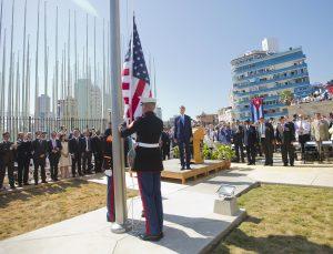 La bandera de EU fue izada nuevamente la mañana del viernes en la Embajada de ese país en Cuba. Foto: AP