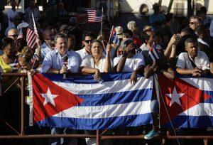 Muchos cubanos llegaron a la sede diplomática para ser testigos del histórico acontecimiento. Foto: AP