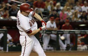 El jugador de los Diamondbacks de Arizona, Jeremy Hellickson, batea contra los FIlis de Filadelfia en el segundo inning de su juego de béisbol el martes en Phoenix. Foto: AP
