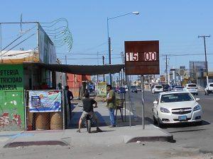 Los residentes fronterizos continúan con sus compras en el otro lado, pues al parecer sigue siendo redituable y atractivo comprar en los establecimientos de Arizona. Foto: Notimex