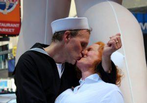 Docenas de parejas se reunieron hoy en Times Square, en Nueva York, para recrear el célebre beso con el que un marinero y una enfermera festejaron en este mismo sitio hace 70 años el final de la Segunda Guerra Mundial. Foto: Notimex