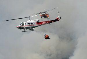 Los incendios son combatidos por más de nueve mil bomberos por aire y tierra. Foto: AP