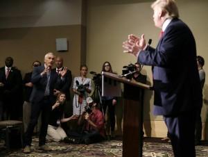 Ramos, periodista y presentador de la cadena hispana Univisión fue sacado de una rueda de prensa por miembros del equipo de seguridad de Trump. Foto: AP