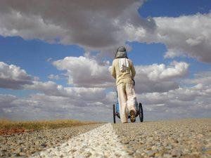 """El único acompañante de Nacho es, Jimmy, una carriola moderna que aligera su andar. Foto"""" Notimex"""
