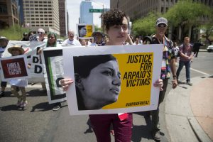 Manifestantes protestan las políticas de Joe Arpaio, jefe policial del condado Maricopa, frente a la cárcel de la Cuarta Avenida en Phoenix, el viernes 17 de julio de 2015. Foto: AP