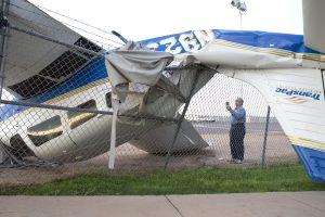 Un empleado de TransPac observa un avión dañado en el aeropuerto municipal de Chandler, Arizona. Foto: AP