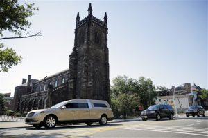 Una carroza fúnebre con los restos de Bobbi Kristina Brown pasa junto a la Iglesia de Santiago, cerca de la Casa Funeraria Whigham en Newark. Foto: AP