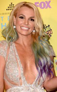 Britney apareció con su nueva melena colorida en los Teen Choice Awards.