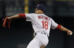 El pitcher de los Cardenales de St. Louis Carlos Martínez lanza ante los Diamondbacks de Arizona en el primer inning del juego. Foto: AP