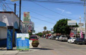 alle donde abundan los consultorios de dentistas en el pueblo de Los Algodones, México, que se encuentra en la frontera con California.