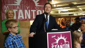 Greg Stanton fue reelecto la noche del martes para otro periodo de cuatro años. Foto: Sam Murillo