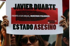 Foto de un cartel exhibido durante una manifestación en la que se exigió la renuncia de Javier Duarte, gobernador de Veracruz. Foto: Agencia Reforma