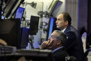 Dos operadores trabajan en el piso de la Bolsa de Valores de Nueva York. Foto: AP